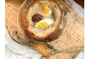 Żurek staropolski w chlebie - pyszny przepis na swojskie danie