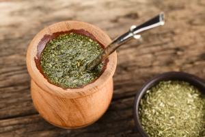 yerba-mate-w-tradycyjnym-naczyniu
