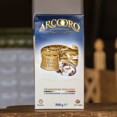 Makaron marki Arcooro tagliatelle pakowany jest do eleganckiego kartonika z okienkiem