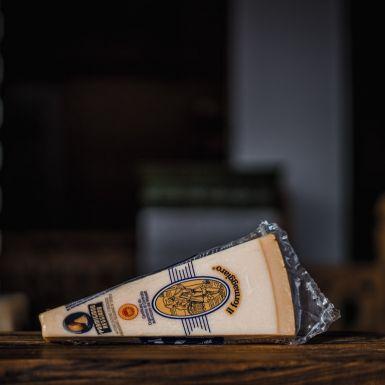 Parmezan to oryginalny włoski produkt Parmigiano Reggiano. Ser dojrzewa minimum rok.