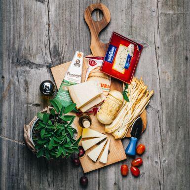 Zestaw serów mieszanych z nożem do parmezanu gratis