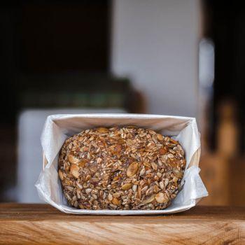 Chleb bez mąki pieczony jest w drewnianej foremce i tak samo wysyłany