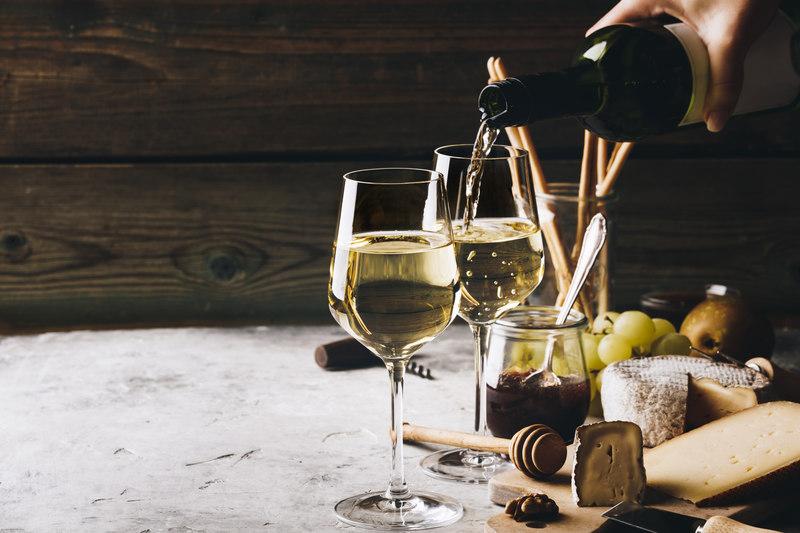 biale-wino-w-kieliszkach
