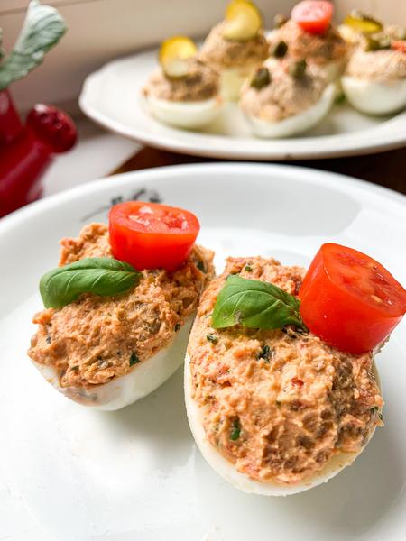jajka-faszerowane-suszonymi-pomidorami
