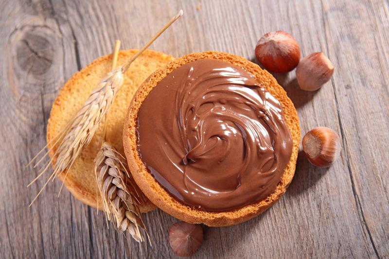 maslo-z-orzechow-laskowych-z-czekolada-na-ciastku