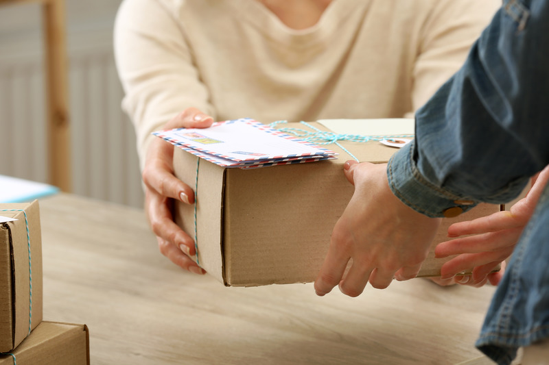 paczka-z-prezentem-dla-kolezanki-odchodzacej-z-pracy