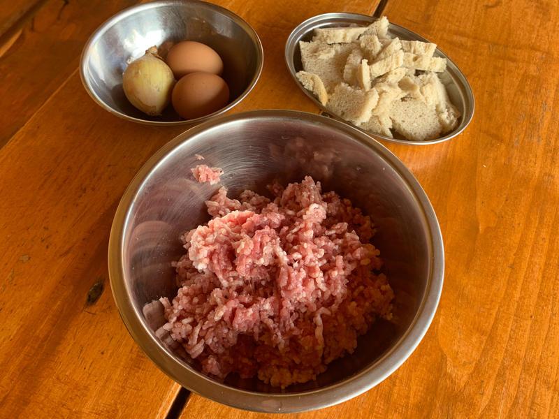 składniki na kotlety mielone - przepis zawiera jajka, bułkę i mięso